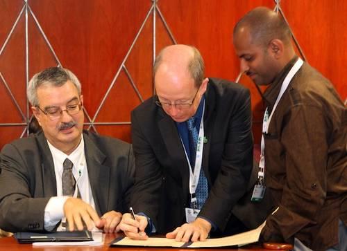 Donald Hobern unterzeichnet Memorandum